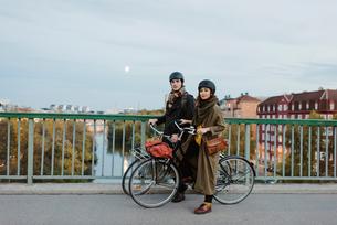 Sweden, Uppland, Stockholm, Vasatan, Sankt Eriksgatan, Young couple with bicycles on streetの写真素材 [FYI02704702]