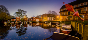 Sweden, Oresund Region, Skane, Malmo, Waterfront Fiskehoddorna seafood market at nightの写真素材 [FYI02704753]