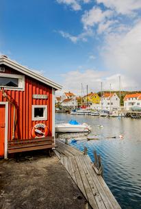 Sweden, West Coast, Bohuslan, Grundsund, View of fishing village and canalの写真素材 [FYI02704757]