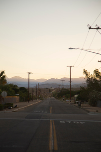 USA, California, Road leading towards mountain range on horizonの写真素材 [FYI02704767]