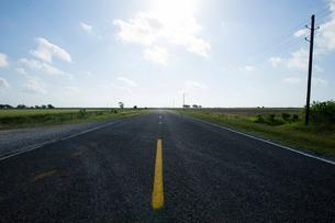 USA, Texas, Anahuac, Clouds on sky over highwayの写真素材 [FYI02704787]