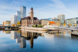 Sweden, Oresund Region, Skane, Malmo, Bridge and Central Station by riverの写真素材 [FYI02704807]