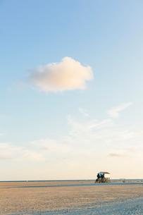 Germany, Schleswig-Holstein, Kreis Nordfriesland, Sankt Peter-Ording, Beach with lifeguard tower inの写真素材 [FYI02704813]