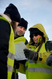 Sweden, Uppland, Upplands Vasby, Volunteers of Missing people organization discussing mapの写真素材 [FYI02704831]
