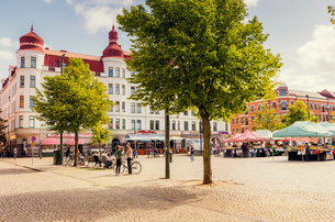 Sweden, Skane, Malmo, Mollevangen, Mollevangstorget, Town square on sunny dayの写真素材 [FYI02704846]