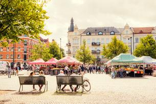 Sweden, Skane, Malmo, Mollevangen, Mollevangstorget, Market on town squareの写真素材 [FYI02704848]