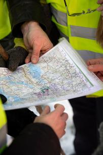 Sweden, Uppland, Upplands Vasby, Volunteers of Missing people organization holding mapの写真素材 [FYI02704849]