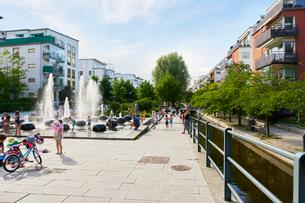 Sweden, Sodermanland, Hammarby Sjostad, People relaxing in cityの写真素材 [FYI02704864]