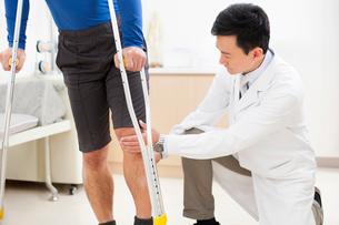 Doctor examining patient's legの写真素材 [FYI02704866]