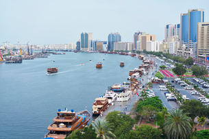 United Arab Emirates, Dubai, Harbor with cityscape in backgroundの写真素材 [FYI02704873]