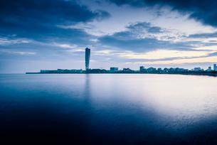 Sweden, Oresund Region, Skane, Malmo, Vastra hamnen waterfront with Turning Torso towering over cityの写真素材 [FYI02704889]