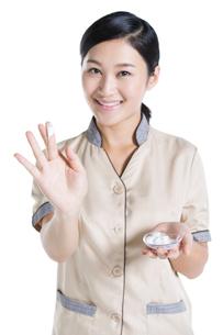 Massage therapist showing massage suppliesの写真素材 [FYI02704897]