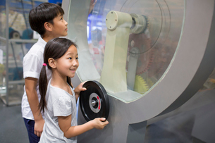 Chinese children in science and technology museumの写真素材 [FYI02704903]