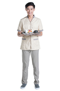 Massage therapist holding massage suppliesの写真素材 [FYI02704911]