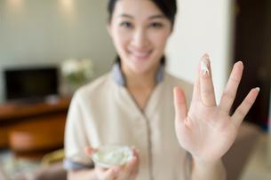 Massage therapist showing massage suppliesの写真素材 [FYI02704931]