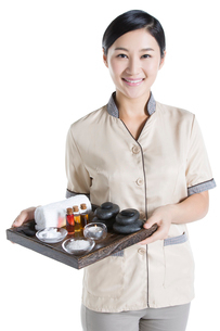 Massage therapist holding massage suppliesの写真素材 [FYI02704972]