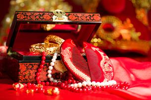 Traditional Chinese wedding elementsの写真素材 [FYI02704987]