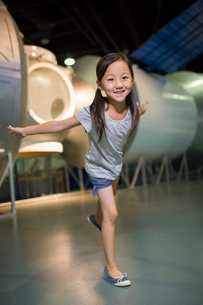 Little Chinese girl in science and technology museumの写真素材 [FYI02705014]