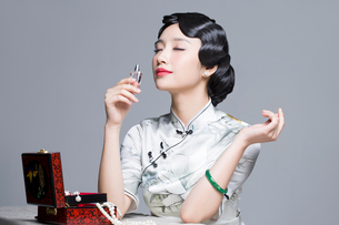 Young beautiful woman in traditional cheongsam with perfumeの写真素材 [FYI02705068]