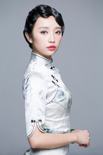 Portrait of young beautiful woman in traditional cheongsamの写真素材 [FYI02705105]