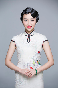 Portrait of young beautiful woman in traditional cheongsamの写真素材 [FYI02705108]