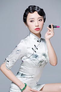Young beautiful woman in traditional cheongsam with a lipstickの写真素材 [FYI02705110]