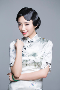 Young beautiful woman in traditional cheongsamの写真素材 [FYI02705117]