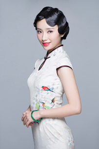 Portrait of young beautiful woman in traditional cheongsamの写真素材 [FYI02705121]