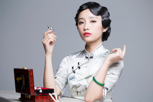 Young beautiful woman in traditional cheongsam with perfumeの写真素材 [FYI02705125]
