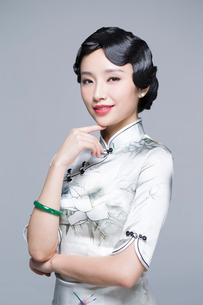 Portrait of young beautiful woman in traditional cheongsamの写真素材 [FYI02705132]