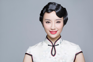 Portrait of young beautiful woman in traditional cheongsamの写真素材 [FYI02705136]