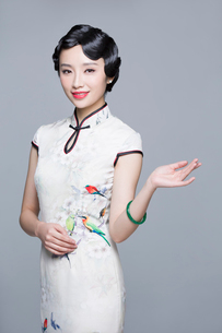 Portrait of young beautiful woman in traditional cheongsamの写真素材 [FYI02705147]