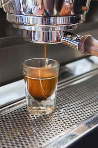 Espresso shot being poured from espresso machine, Seattleの写真素材 [FYI02705168]