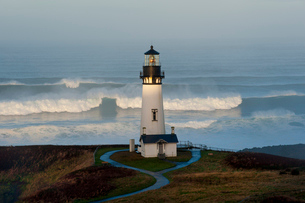 The historic Yaquina Head tower lighthouse on a headland overlooking the Pacific coastline.の写真素材 [FYI02705212]
