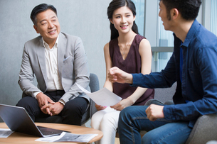 Business people talking in meeting with a laptopの写真素材 [FYI02705217]