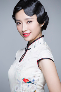 Portrait of young beautiful woman in traditional cheongsamの写真素材 [FYI02705223]