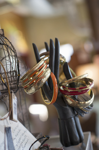 A display of rings and bangles in an antique store.の写真素材 [FYI02705257]