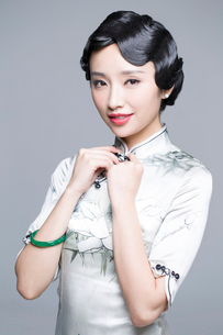 Portrait of young beautiful woman in traditional cheongsamの写真素材 [FYI02705263]