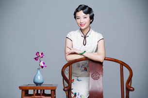 Portrait of young beautiful woman in traditional cheongsamの写真素材 [FYI02705275]