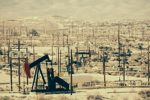 Crude oil extraction from Monterey Shale near Bakersfield, California, USA.の写真素材 [FYI02705280]