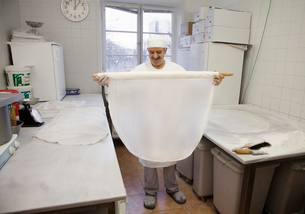 Chef holding pastryの写真素材 [FYI02705383]