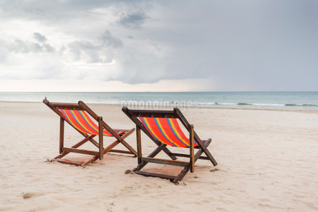 Two chairs on beach in Ko Lanta, Thailandの写真素材 [FYI02705392]