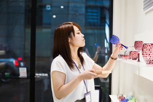 Saleswoman in a shop selling Edo Kiriko cut glass in Tokyo, Japan.の写真素材 [FYI02705396]