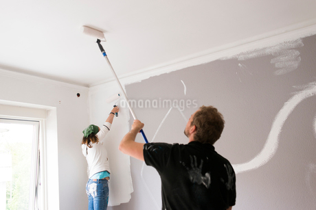 Sweden, People painting ceiling and wall in roomの写真素材 [FYI02705436]