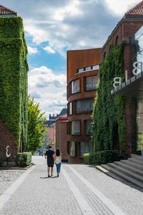Sweden, Stockholm, Ostermalm, People walking on pavement by Kungliga Tekniska hogskolan (Royal Instiの写真素材 [FYI02705441]