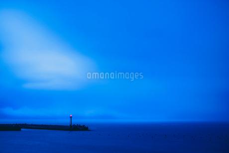 夕刻に灯る灯台の写真素材 [FYI02705447]