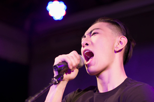 Young man singing on stageの写真素材 [FYI02705458]