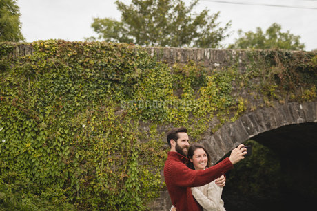 Couple taking selfie with mobile phoneの写真素材 [FYI02705465]