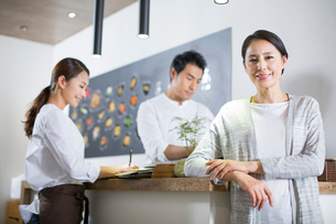 Restaurant owner and wait staffの写真素材 [FYI02705486]