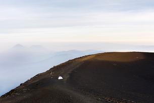 Tent on the summit of a mountain in Acatenango, Guatemalaの写真素材 [FYI02705502]